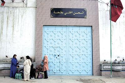 معتقل بسجن طنجة يفضح خبايا وأسرار عمليات تهريب المخدرات للضفة الأخرى