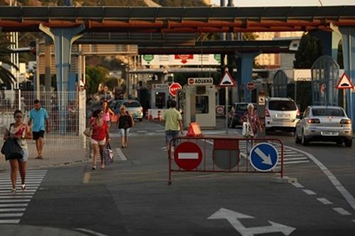 الطوابير الطويلة لعابري بوابة جبل طارق تثيرالجدل بين مدريد ولندن