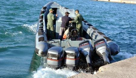 مطاردة قارب بعرض السواحل الشمالية تسفر عن مصرع شخصين
