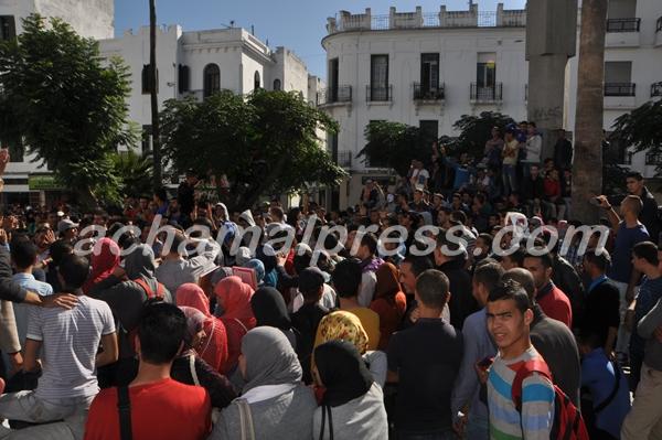 طلبة كلية الأداب يحتجون أمام إبتدائية تطوان للمطالبة بإطلاق سراح زملائهم