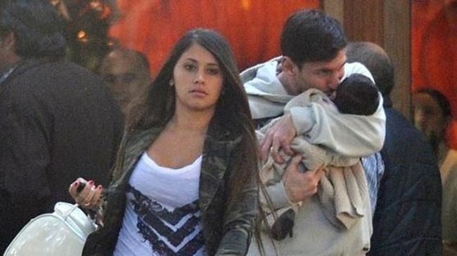 ميسي يغادر أسبانيا ويصل الأرجنتين برفقة صديقته وابنه