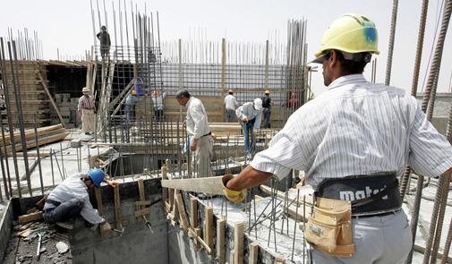 عمال اسبان يشتغلون بأوراش للبناء بمدينة طنجة
