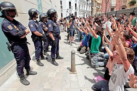 """الإسبان يتظاهرون احتجاجا على سياسة """"ماريانو راخوي"""" التقشفية"""