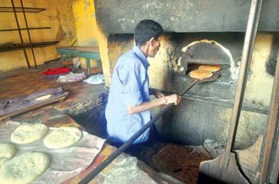 الأفران التقليدية بمدن المغرب العتيقة.. تقاوم حتى لا يخفت لهيب نارها