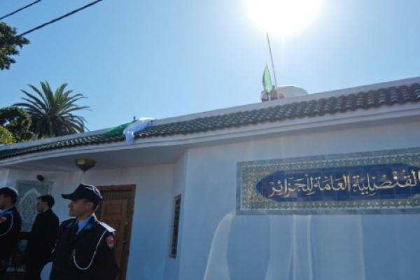 اعتقال مواطن مغربي أنزل علم الجزائر من قنصليتها بالدار البيضاء
