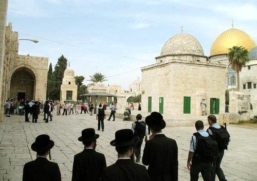 مجموعة من ضباط المخابرات الإسرائيلية تقتحم المسجد الأقصى