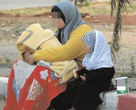 نساء سوريات يعرضن أبناءهن للتبني على الاسر المغربية بمدينة مرتيل