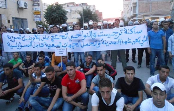 طلبة تارجيست ينظمون وقفة احتجاجية بطنجة للمطالبة برفع العسكرة عن مدينتهم