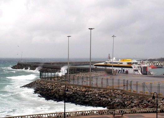 إغلاق مينائي طنجة المدينة وطنجة المتوسط في وجه المسافرين لسوء الأحوال الجوية