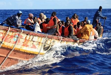 إيقاف صحفيين إسبانيين بطنجة حاولا مرافقة مهاجرين أفارقة في رحلتهم للضفة الأخرى