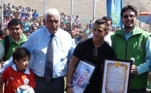 سانشيز يفتتح 5 ملاعب كرة قدم في مسقط رأسه بتشيلي