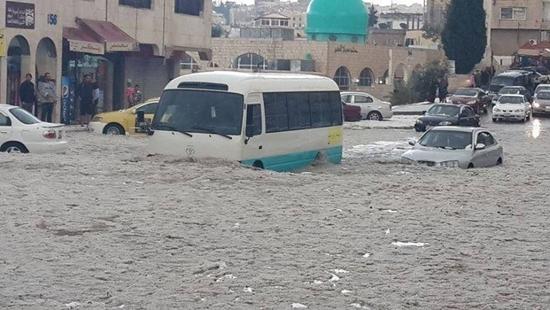 إنقاذ أزيد من 320 شخصا حاصرتهم مياه الأمطار والثلوج بالعاصمة الأردنية عمان