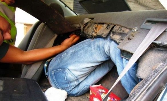 إيقاف صحافي مزور حاول تهجير مواطن افريقي عبر المعبر الحدودي باب سبتة