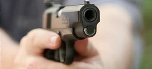 شرطي للمرور بطنجة يستخدم سلاحه الوظيفي ويطلق النار لإيقاف شاب هاجمه بسكين