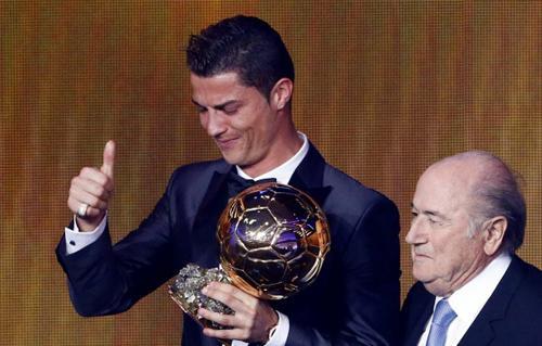 """البرتغالي كريستيانو رونالدو يحصل على جائزة الكرة الذهبية """"فيفا"""" للمرة الثانية في تاريخه"""