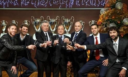 احتفال مبسط لرئيس النادي الملكي مع مدربي ولاعبي فريقي القدم والسلة