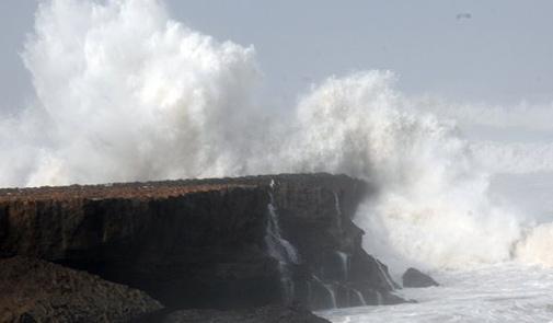 مديرية الأرصاد الجوية تتوقع أن يصل علو الأمواج إلى 6 أمتار بالواجهة المتوسطية