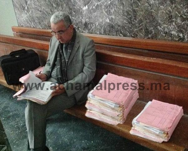 قلة المكاتب باستئنافية طنجة تضطر قاض للجلوس ببهو المحكمة لمعالجة ملفات المتقاضين