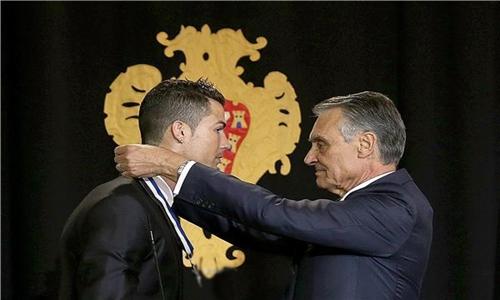 الرئيس البرتغالي يقلد رونالدو وساما رفيعا لحصوله على الكرة الذهبية