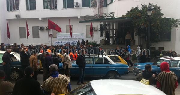 سائقو سيارات الأجرة بتطوان يجددون احتجاجاتهم للمطالبة بتسوية ملفهم المطلبي