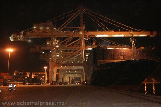 سكان المناطق المجاورة لميناء طنجة المتوسط يعانون بسبب انقطاع التيار الكهربائي