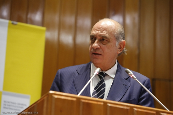 """وزير الداخلية الإسباني يبرر استخدام العنف بسبتة المحتلة بـ """"السلوك العدواني"""" للمهاجرين"""