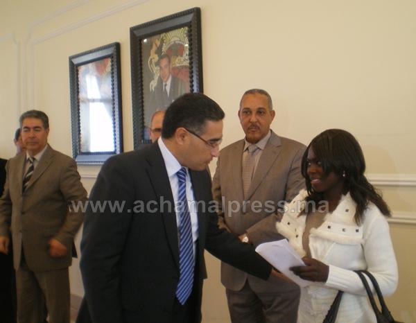 ولاية طنجة تسلم 19 بطاقة إقامة لأجانب غير شرعيين بالمغرب