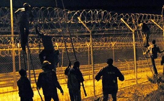 أسبانيا تعيد تسييج الحدود بمليلية المحتلة لتفادى هجمات المهاجرين الأفارقة