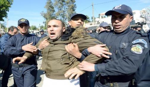 الشرطة توقف عشرة اشخاص في تظاهرة ضد ترشح بوتفليقة بالجزائر