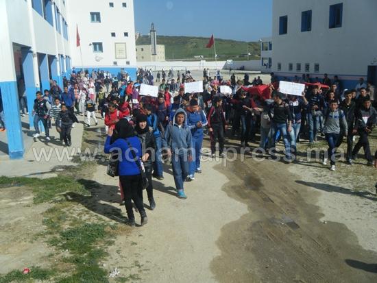 تلاميذ القصر الصغير يخوضون وقفة إحتجاجية ضد وضعية التعليم بالمنطقة