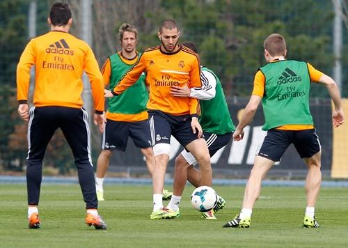 بنزيمة وبيبي يشاركان في تدريبات ريال مدريد الجماعية استعدادا للكلاسيكو