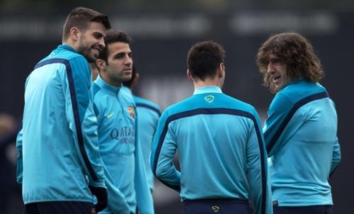 غياب بيكيه وبويول يتسبب في أزمة بدفاع برشلونة أمام أوساسونا