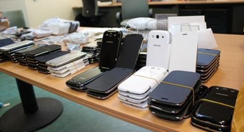 جمارك طنجة تحجز هواتف ذكية وملابس لمركات عالمية مهربة بقيمة مليون درهم
