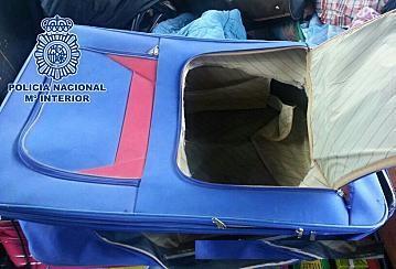 إيقاف مغربي بمعبر مليلية المحتلة حاول تهجير مواطن افريقي داخل حقيبة