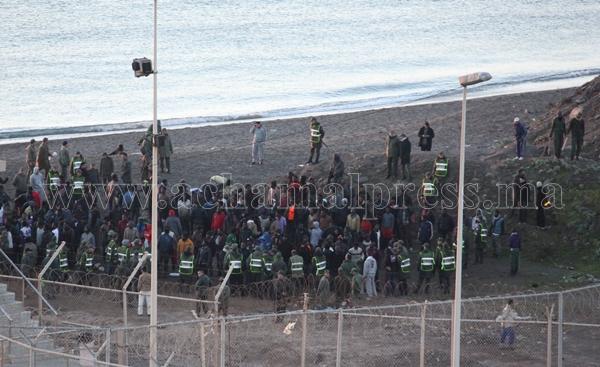 توقيف أزيد من 600 مرشح للهجرة غير شرعية خلال محاولتهم اقتحام باب سبتة