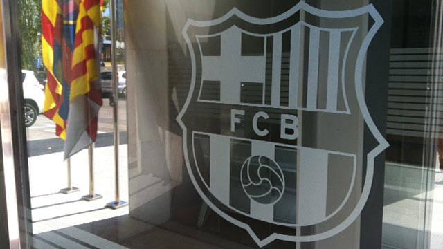 الفيفا تمنع برشلونة من التعاقد مع لاعبين جدد بسبب انتهاكها لنظام الانتقالات الدولي