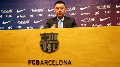 رئيس برشلونة يطلب الاجتماع ببلاتر لبحث العقوبة على الفريق