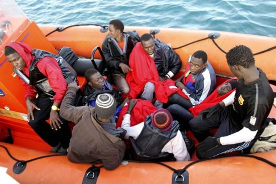 إغاثة 51 مهاجرا من بلدان إفريقيا جنوب الصحراء بعرض السواحل الإسبانية