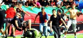 """""""الفيفا"""" يبدي تخوفه من أحداث الشغب والعنف التي تعرفها ملاعب المغرب"""