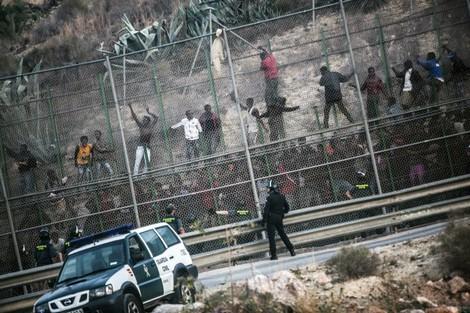 إصابة 12 جنديا خلال محاولة منع نحو 300 مهاجرا من التسلل إلى مليلية