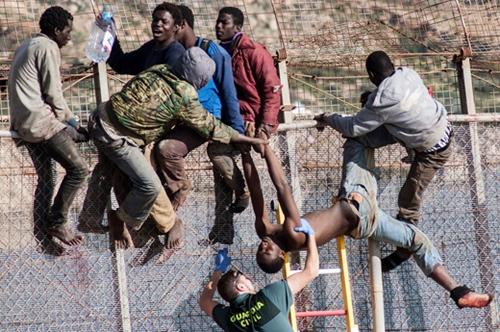 إحباط محاولة اقتحام 250 مهاجر افريقي السياج الحدودي لمدينة سبتة المحتلة