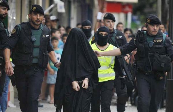 الشرطة الاسبانية تلقي القبض على عشرينية مغربية بتهمة قتل ابنتها