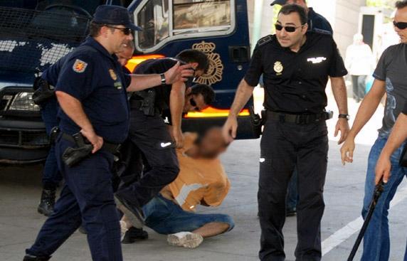 السلطات الاسبانية تحقق مع شرطي اعتدى على مهاجر مغربي بطريقة وحشية