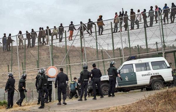 قوات الأمن المغربية تحبط محاولة تسلل 40 مهاجرا سريا إلى سبتة المحتلة