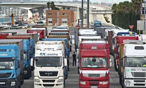 مهنيو النقل الطرقي للبضائع يخوضون إضرابا لمدة يومين بميناء طنجة المتوسط