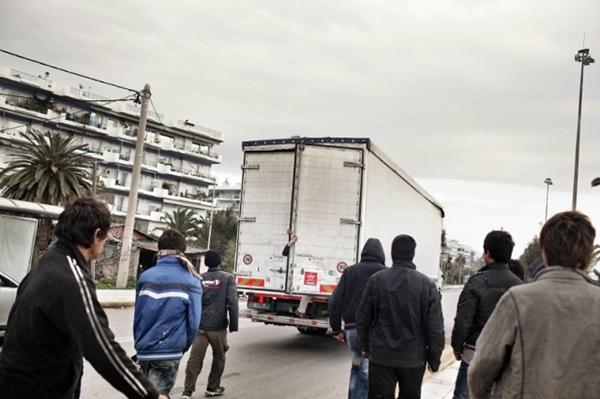 """صحيفة إسبانية: """"البطالة"""" و""""القمع"""" وراء تنامي الهجرة في أوساط الشباب المغاربة"""