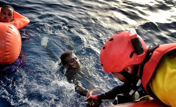 البحرية الملكية تنقذ 59 مهاجرا سريا قبالة ساحل الحسيمة