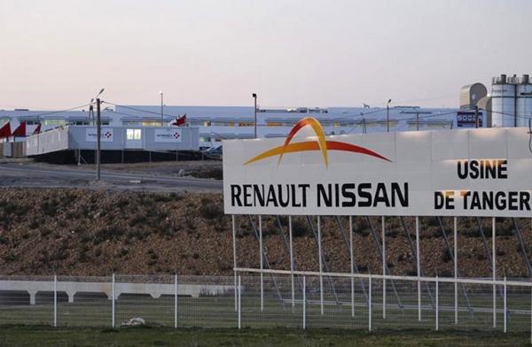 """مصنع """"رونو"""" طنجة وادارة الجمارك توطدان شراكتهما بتوقيع اتفاقية وبروتوكول اتفاق"""
