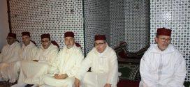 تسليم هبة ملكية لفائدة حملة القرآن الكريم بضريح مولاي علي بوغالب بالقصر الكبير