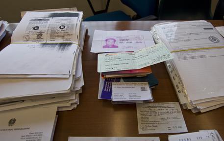 الحبس لمتزوجة تزور بطائق الإقامة في إيطاليا